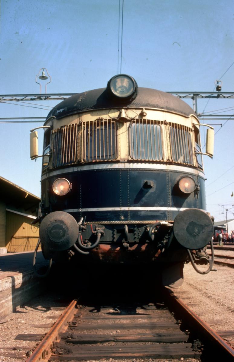 """Fronten på styrevogn NSB type 66. """"Farvel til type 66"""". Ekstratog for Norsk Jernbaneklubb med ekspresstogsett type 66, motorvogn BM 66 01, mellomvogn B66 og styrevogn BS66 63. Turen gikk Oslo V - Horten - Brevik - Skien - Kongsberg - Oslo V, og ble kjørt noen dager etter at togsettene var tatt ut av trafikk."""