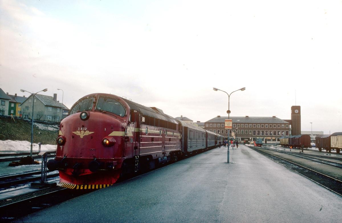 Bodø stasjon. Tog 452, dagtoget til Trondheim, står klar med NSB dieselelektrisk lokomotiv Di3 632.