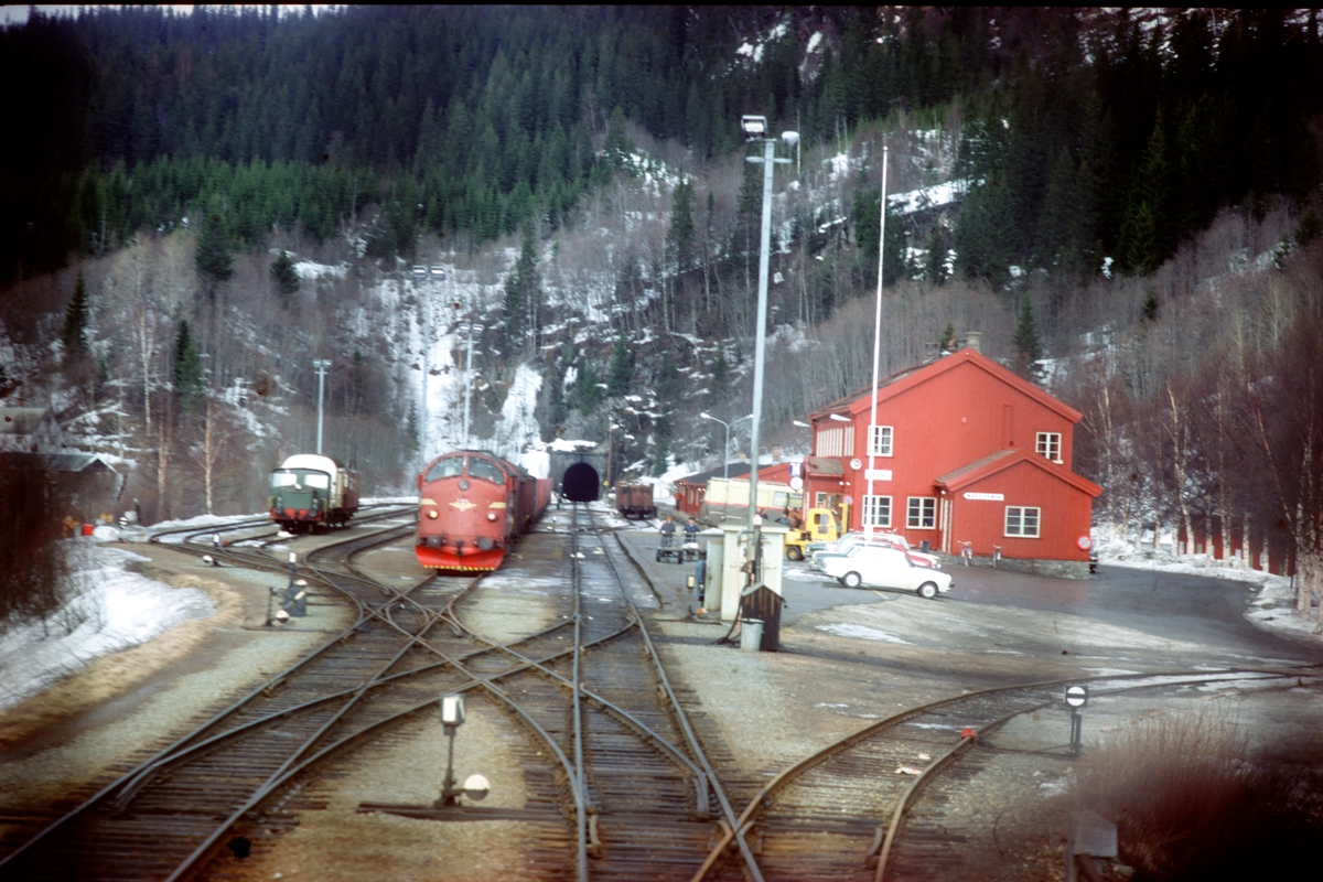 Grong stasjon. Tog 451, dagtoget Trondheim - Bodø, krysser godstog 5772.