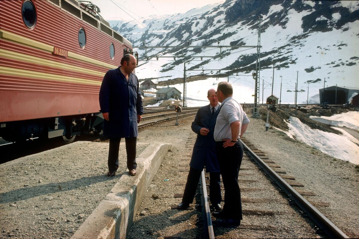 Lokomotivførere som diskuterer NSBs nyeste lokomotiv, type El 16.