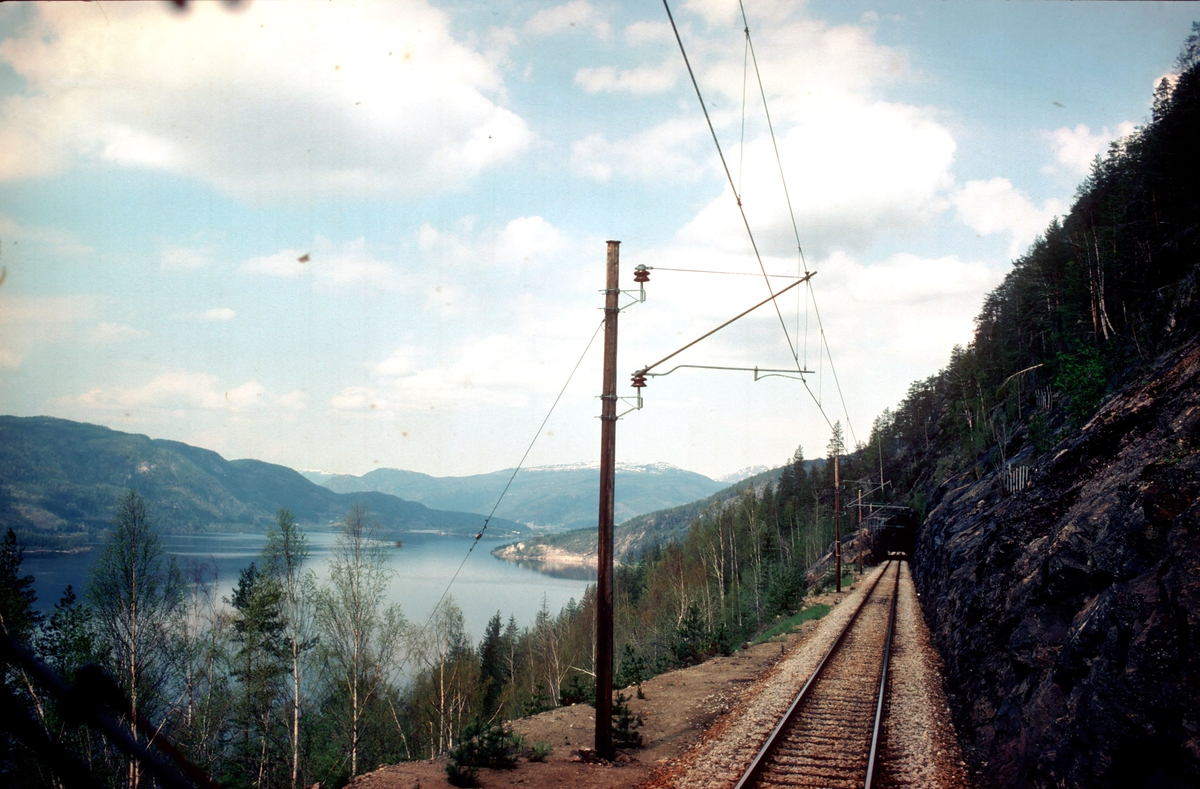 Utsikt fra lokomotivet i tog 601 ved Trolldalen. Senere har det blitt bygget stasjon her, og hovedtogsporet går i tunnel. Rasutsatt parti, med største tillatte hastighet 30 km/t.