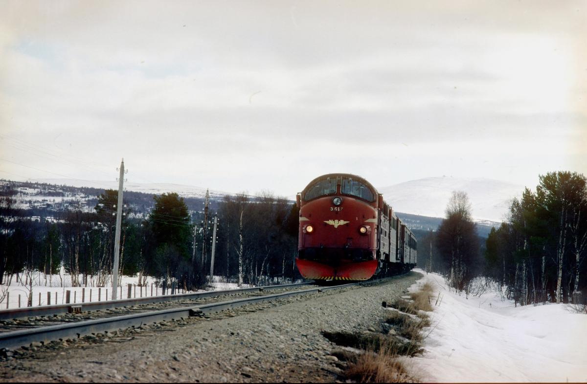 Rørosbanens dagtog, Ht 301, ved Stattene nord for Røros (Stattene = Stadtende, altså bygrense på tysk). Her var det opprinnelig sporveksel for sidelinjen inn til Røros. NSB dieselelektrisk lokomotiv Di3a 617. I bakgrunnen Hummelfjell med Gråhøgda.