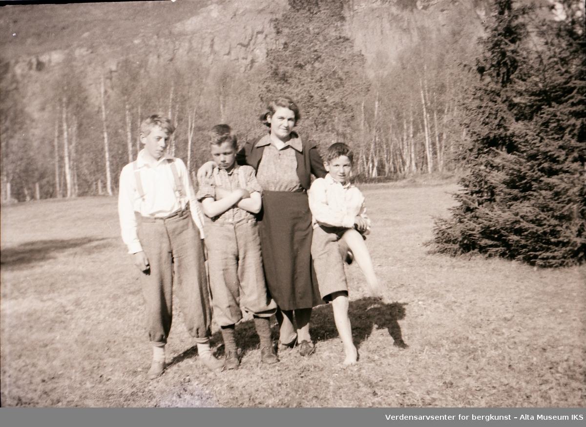 Per, Roar, Tora og Arne Jøraholmen poserer foran skogen på Jøraholmen en solfylt dag i 1937.