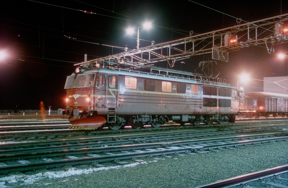 NSB elektrisk lokomotiv El 14 2180 på Trondheim stasjon. Lokomotivet har kommet fra Oslo Ø med ekspresstog 43, og skal trekke tog 406 (nattoget) tilbake.