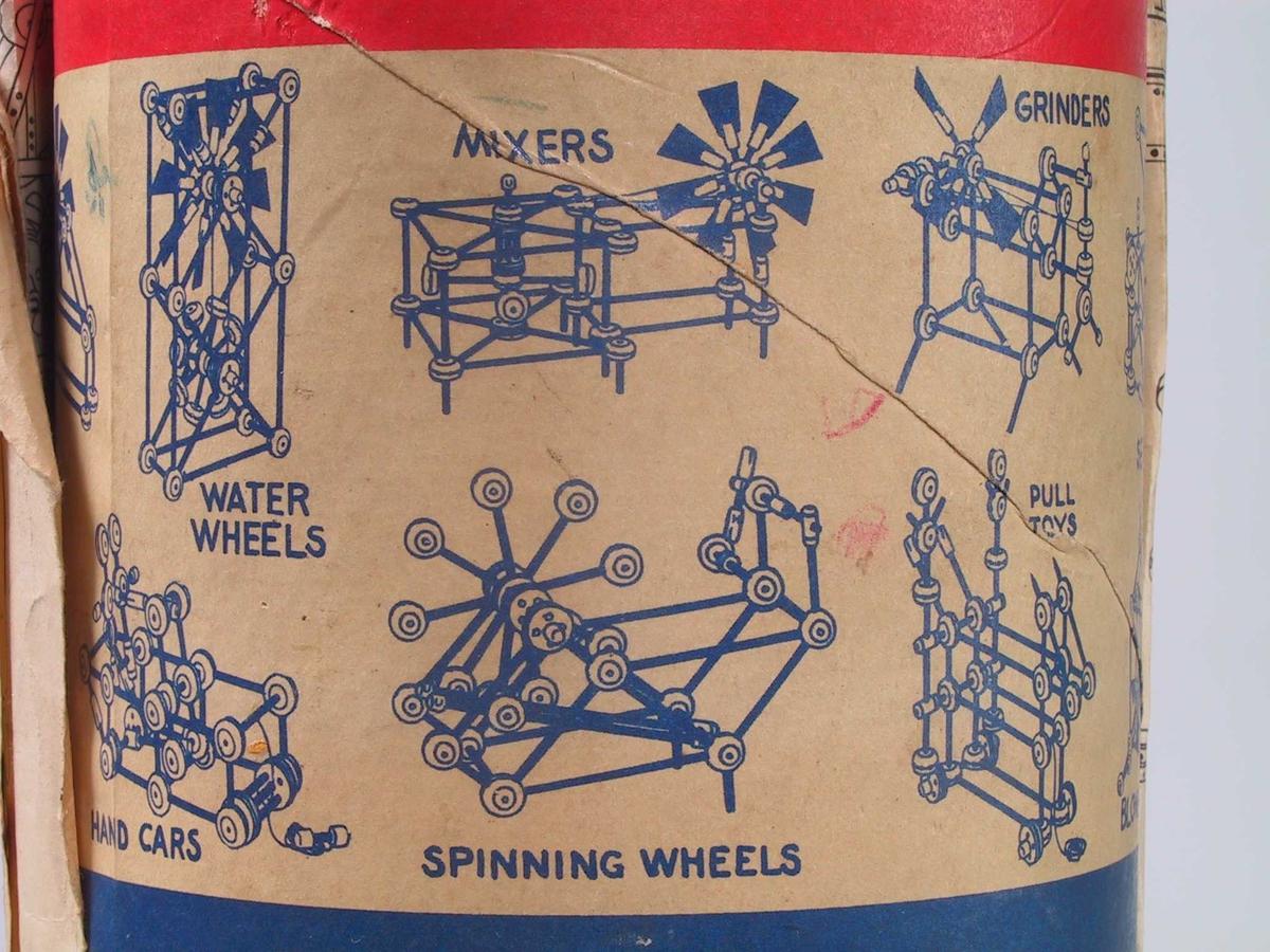 Diverse hjul og runde pinner av ulik lengde og tykkelse. Boks av papp, lokk og bunn av metall.