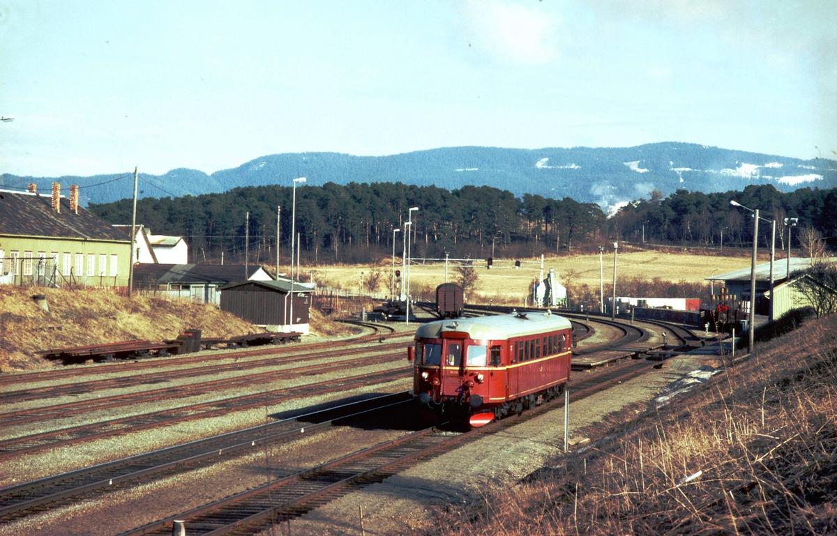 Lokaltog fra Stjørdal til Trondheim på Leangen stasjon. NSB dieselmotorvogn BM 86 58.