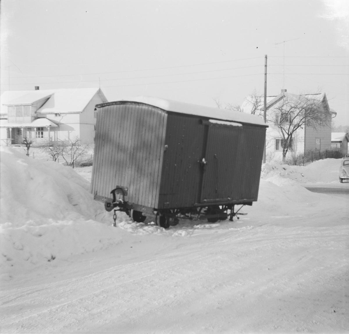"""Godsvogn G 9 er flyttet fra Sørumsand Verksteds område til """"Trekanten"""", og avventer videre transport til museumsbanen."""