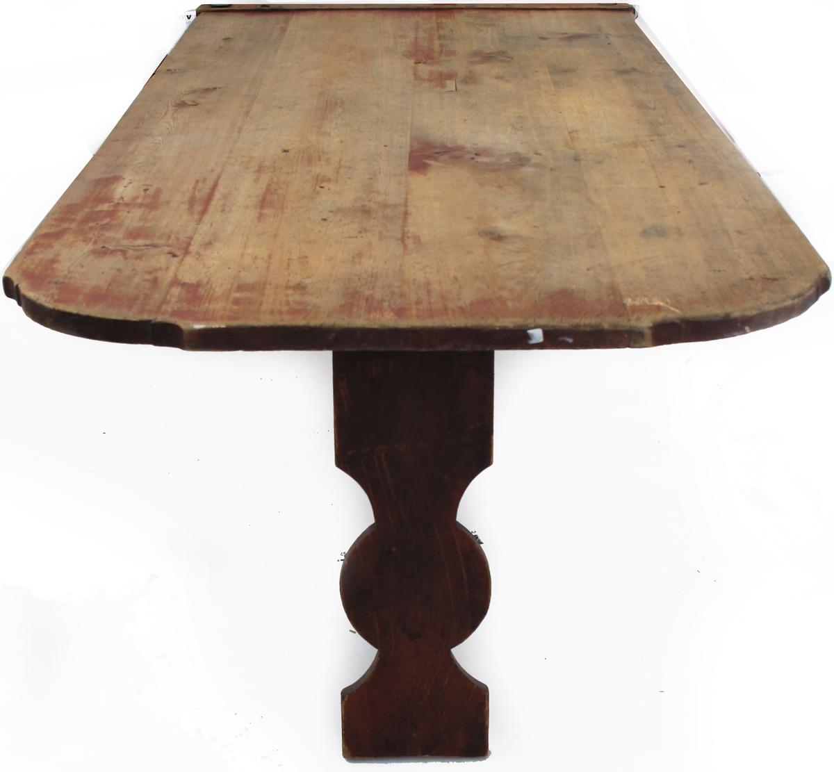 Bordskive , nedfellbar.  Furu , rødmalt. Den ene side har en  tverrligger langs kanten med to hengsler. Den andre side har avrundede og profilerte hjørner. På baksiden nedfellbart ben i form av et bord med en sirkelform nede.  Tilstand: rødfargen på bordplaten er avslitt.