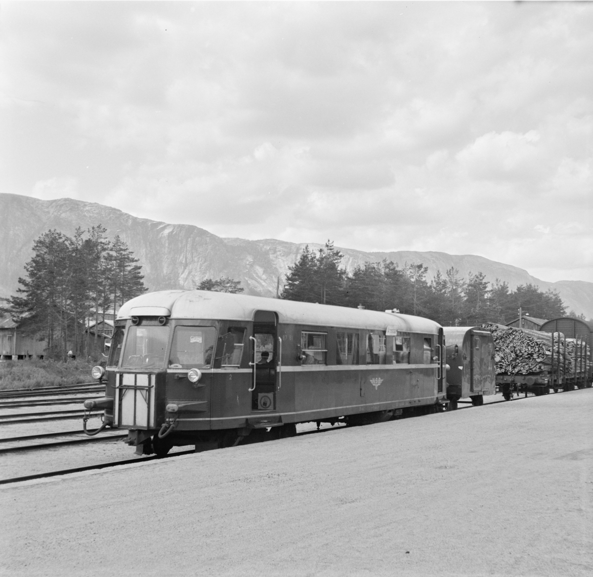 Tog til Arendal står klart til avgang på Treungen stasjon.