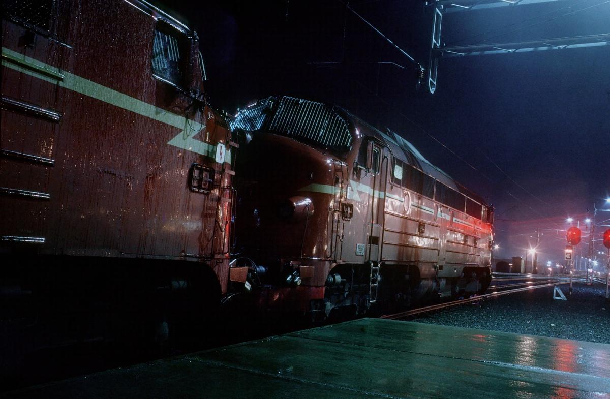 Natthurtigtog til Bodø på Trondheim stasjon. To lokomotiver type Di 3.