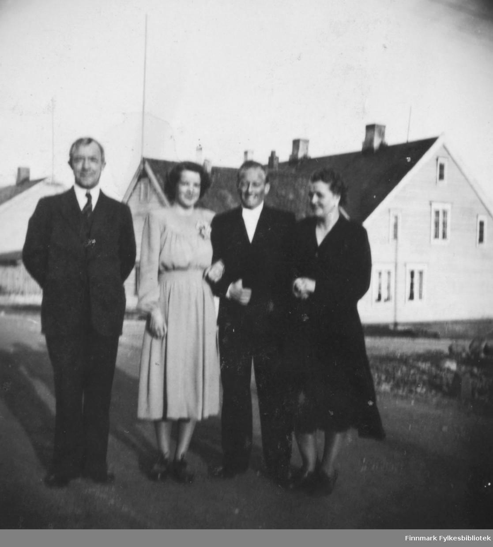 Bryllupsbilde tatt 30.4.1949. Ragnhild Kvam og Fritz Ebeltoft giftet seg denne dagen. Her er det tatt bilde av dem ute i Slettengata. Til venstre for brudeparet står Halfdan Kvam, til høyre Svanhild Kvam