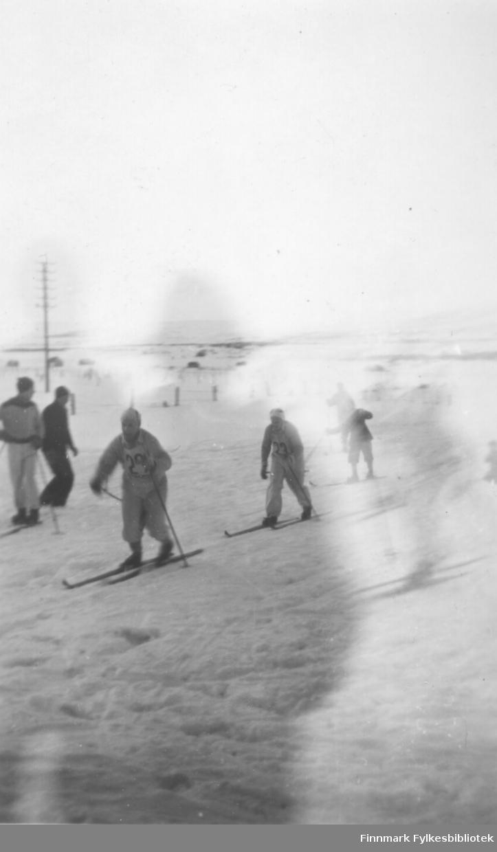Bedriftsstafettløp på ski i Vadsø ca. 1950-1952. Nærmest kamera Hans R. Hoftaniska med nr 29 på brystet, så Fritz Ebeltoft med nr 23
