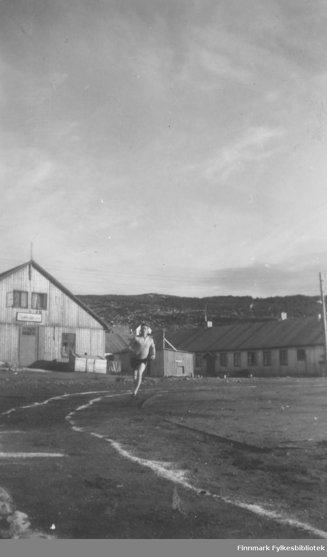 Oddvar Dolonen løper på idrettsbanen i Kirkenes, tidlig på 1950-tallet