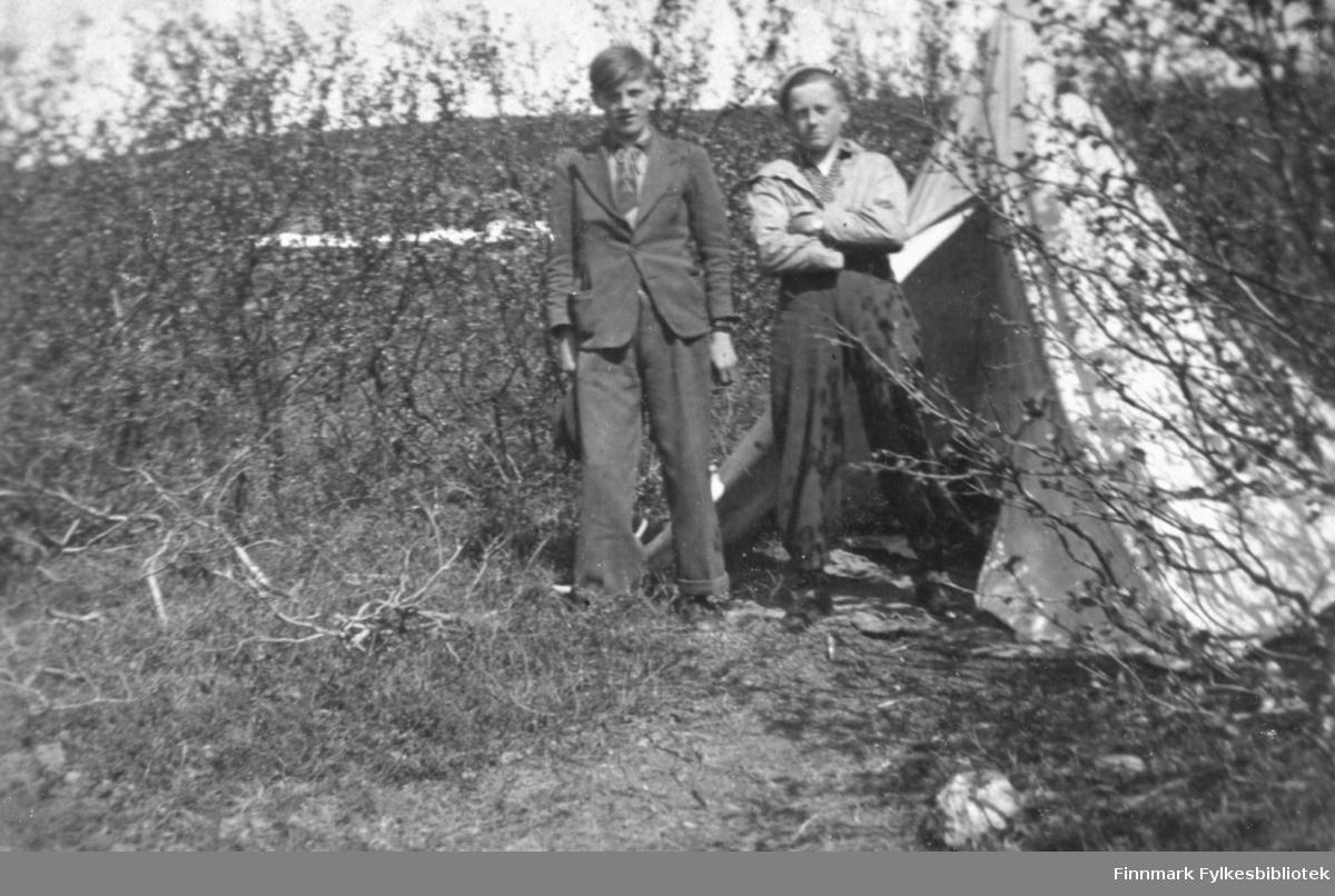 Telttur i Fossen over Vadsø ca. 1935-1938. Fra venstre: Kåre Feldt, Fritz Ebeltoft