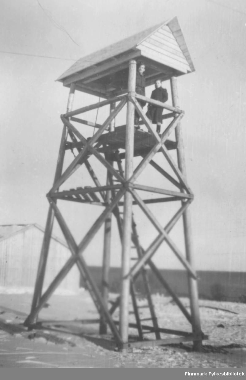 Erling Kvam og Snefrid Hagen i det provisoriske klokketårnet som var bygget på hjørnet mellom Oscarsgate og Skolegata. Tårnet ble innviet julaften 1946. Dette bildet er tatt ca. 1950