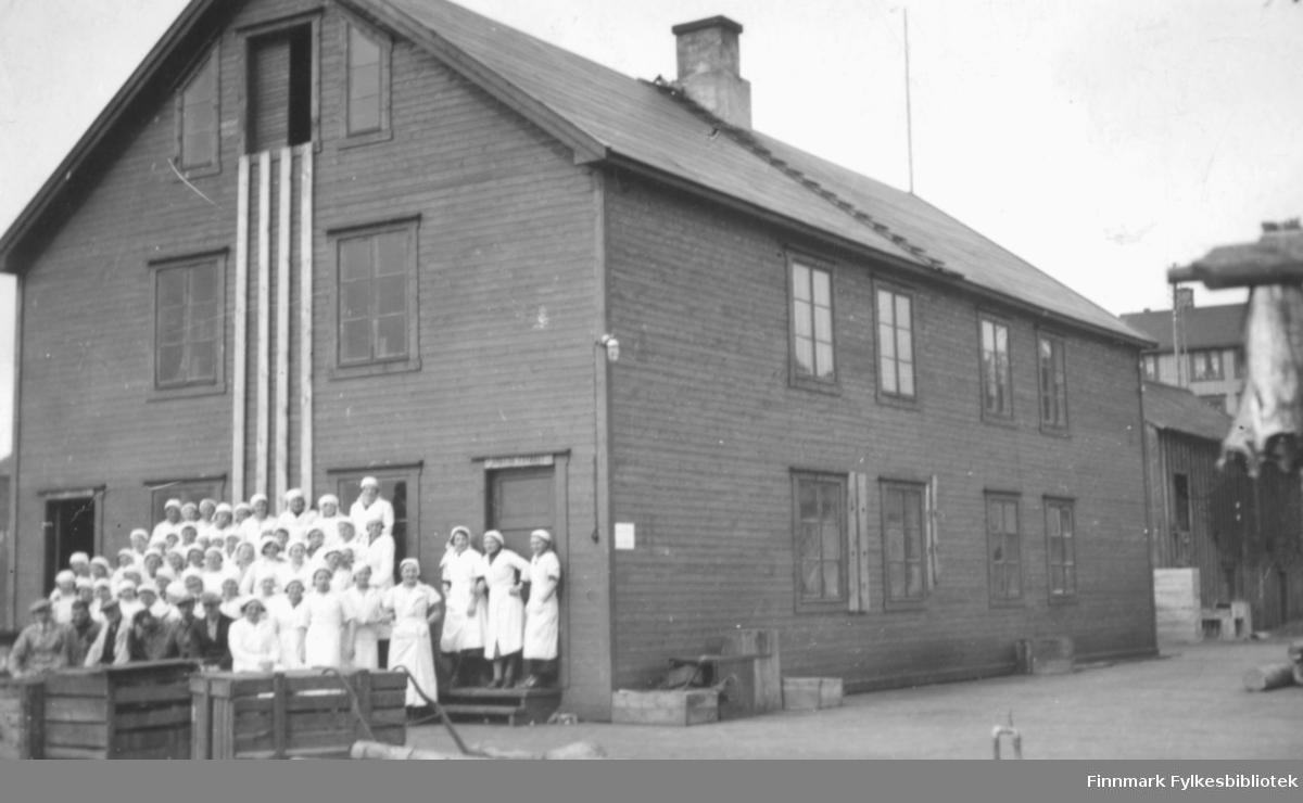 Arbeiderne ved Nordahl-brukets rekefabrikk, ca. 1937-1938. De fleste ansatte var kvinner