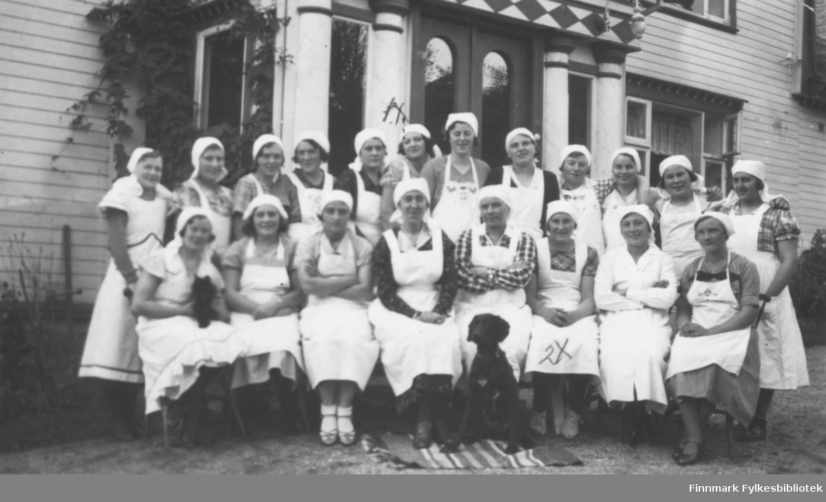 Klassebilde fra Finnmark husmorskole i Kåfjord, Alta. Husmorskolen hadde lokale i kopperverkets tidligere direktørbolig 'The House' i perioden 1916-1944. Vi har dessverre ikke navn på elevene
