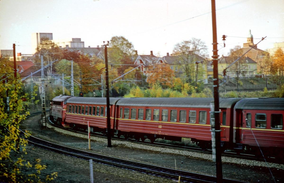 Marienborg stasjon. Ekspresstog 44 Trondheim - Oslo passerer med hjelpelokomotiv type Di 3. På grunn av strømutkobling ble togene denne dagen kjørt med diesellok foran og bak mellom Trondheim og Heimdal.