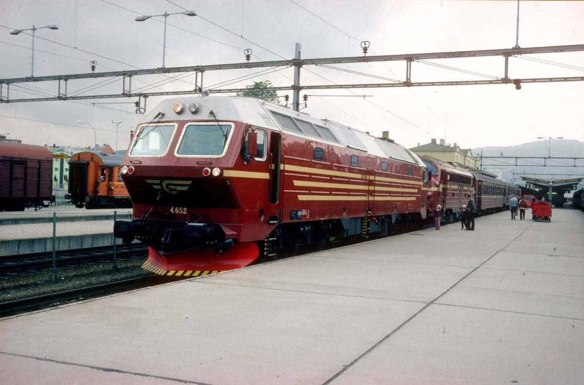 Dagtoget til Bodø på Trondheim stasjon med Di 4 652. Overtakelsestur (til Steinkjer) der NSB formelt overtok lokomotivet fra leverandøren Henschel.