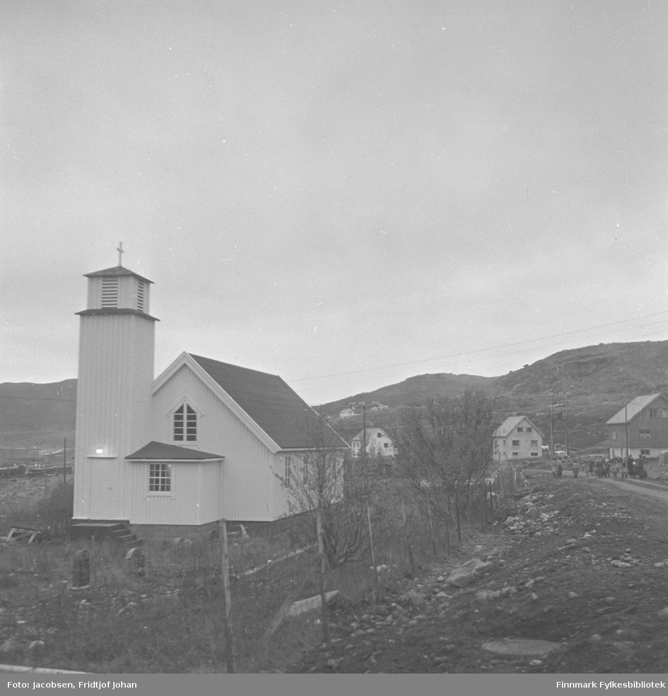Indrefjord kapell i Rypefjord, med kirkegård. Dette er et tømra kapell fra 1956, og det har sitteplasser til 150 personer