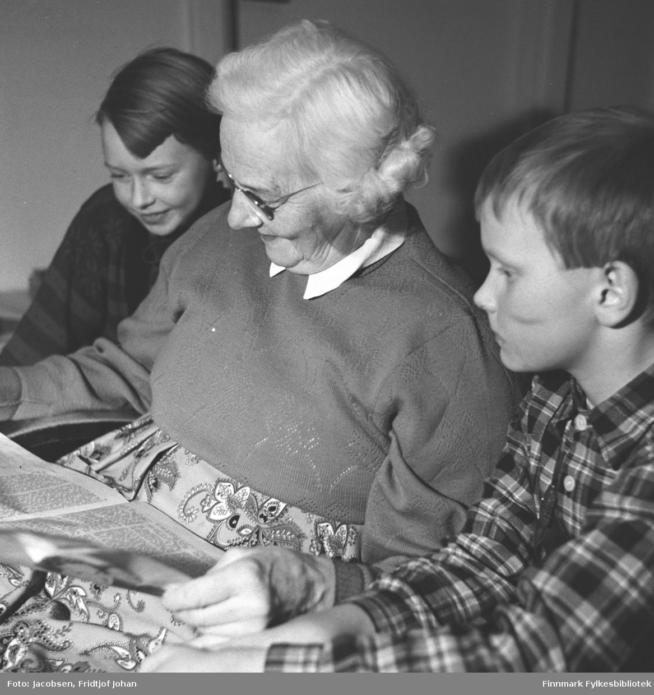 Farmor Olga Jacobsen med barnebarna Ragnhild og Arne Jacobsen