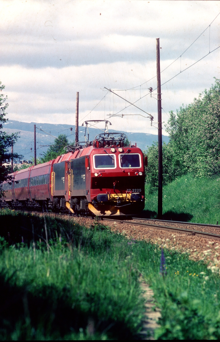 Ekspresstog 44 Trondheim - Oslo ved Stavne med to lokomotiver type El 17 og vogner type 7.