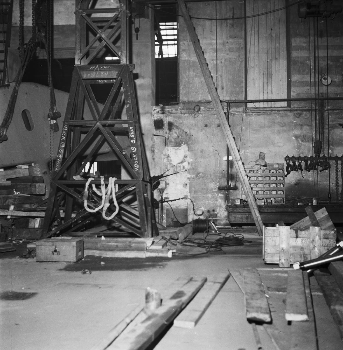 Övrigt: Foto datum: 20/11 1953 Byggnader och kranar Plåtpress under monteringsarbete