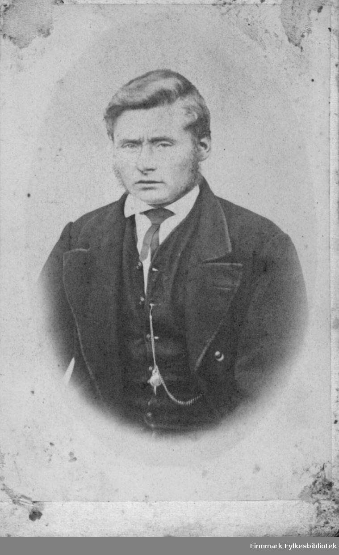 Halfigur portrett av en mann i studio ateliere Kortet er ikke preget med fotografens navn, ei heller signatur.  Albumet med bildet kommer fra Ekkerøy, kanskje han bodde der.