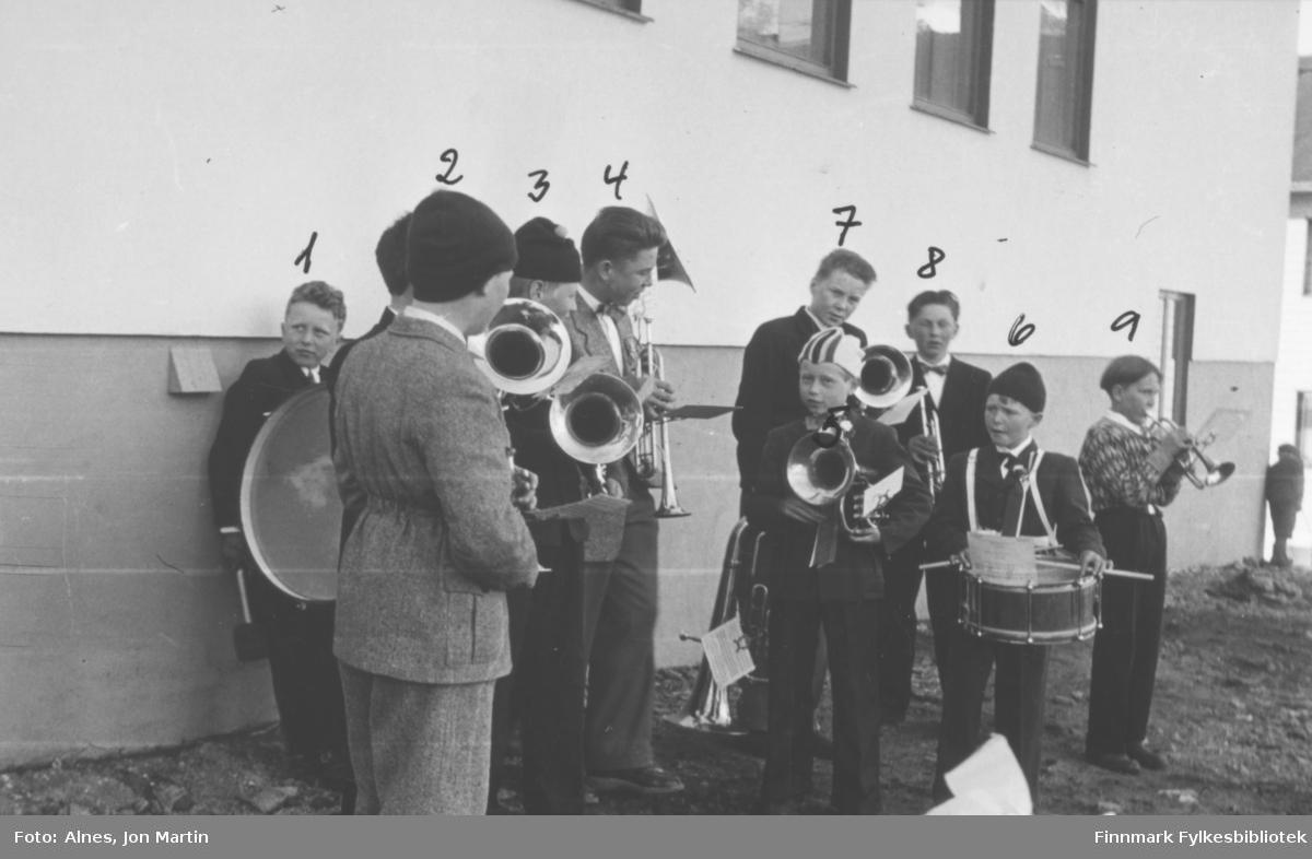 Skolemusikkorps i Øksfjord utenfor samfunnshuset i 1955