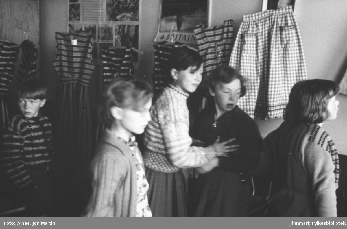 Sømprodukter fra håndarbeidstimene stilt ut på Øksfjord barneskole, våren 1954. Produktene er laget av fjerdeklassingene. Fra venstre: Torfinn Kiil, Gunnveig Magnussen, Hilde Bosch, Karin Mikkelsen, Solfrid Wilhelmsen