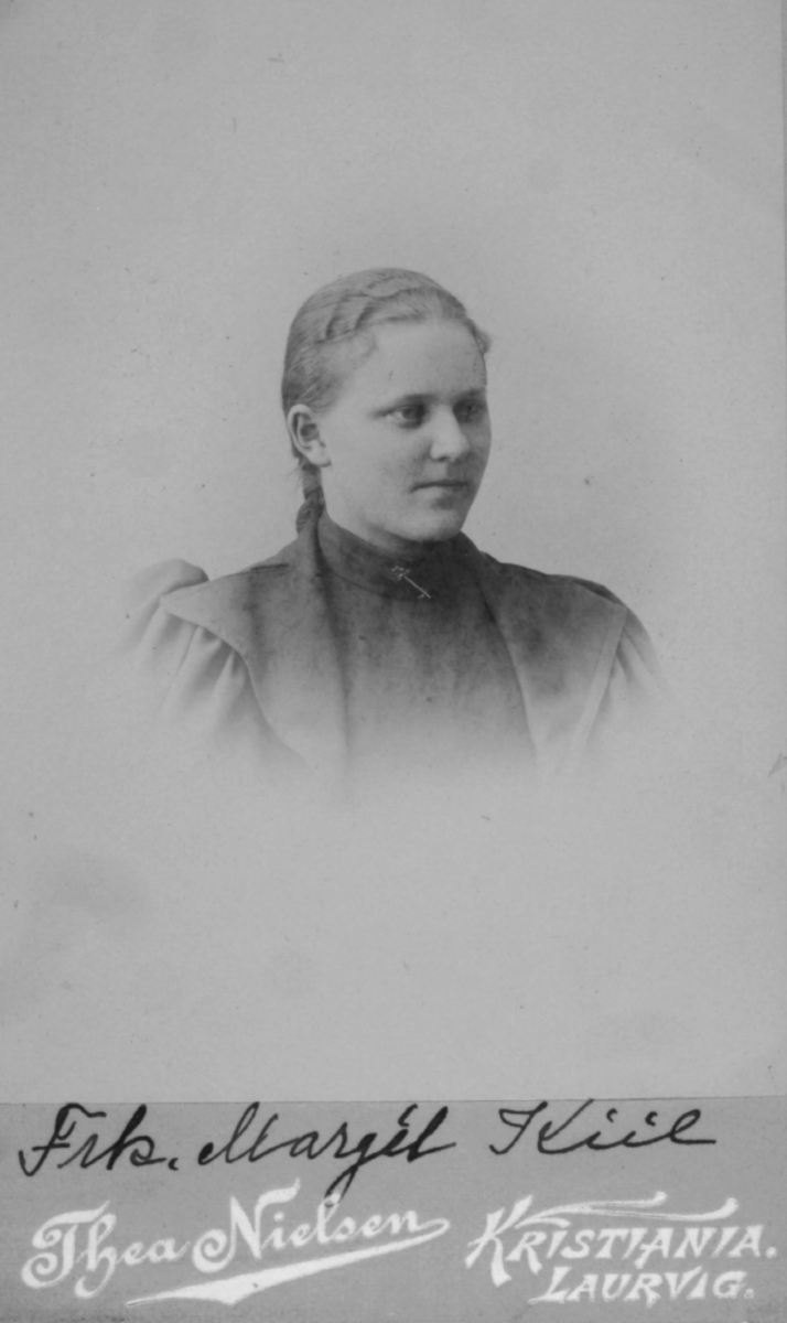 Portrett av Margit Kiil fra Skjervøy, datter av landhandler og postekspeditør Theodor Kiil og hustru Marie