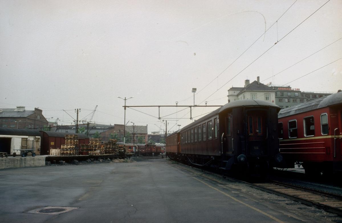 Fra Oslo V (Vestbanen). Personvogner hensatt.