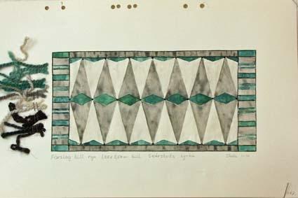 Fem skisser med förslag till rya till Skärstad kyrka.GHKL 4131:1 Förslag till rya 1,25 x 2,50 m till Skärstad kyrka. Skisstorlek ca 12,5 x 25 cm, skala 1:10. Skissen är märkt med nr 2.GHKL 4131:2Förslag till rya 1,25 x 2,50 m till Skärstad kyrka. Skisstorlek ca 12,5 x 25 cm, skala 1:10. Skissen är märkt med nr 3a.GHKL 4131:3Förslag till rya 1,25 x 2,50 m till Skärstad kyrka. Skisstorlek ca 12,5 x 25 cm, skala 1:10. Skissen är märkt med nr 3b.GHKL 4131:4Förslag till rya 1,25 x 2,50 m till Skärstad kyrka. Skisstorlek ca 12,5 x 25 cm, skala 1:10. Skissen är märkt med nr 4.GHKL 4131:5Förslag till rya 1,25 x 2,50 m till Skärstad kyrka. Skisstorlek ca 12,5 x 25 cm, skala 1:10. BAKGRUNDHemslöjden i Kronobergs län är en ideell förening bildad 1990. Den ideella föreningen ersatte Kronobergs läns hemslöjdsförening bildad 1915.Kronobergs läns hemslöjdsförening hade butiksverksamhet och en vävateljé med anställda väverskor och formgivare där man vävde på beställning till offentliga miljöer, privatpersoner och till olika utställningar.Hemslöjden i Kronobergs län har idag ett arkiv med drygt 3000 föremål, mönster och skisser från verksamheten och från länet. 1950-talet var de stora beställningarnas tid och många skisser och mattor till kyrkorna kom till under detta årtionde.