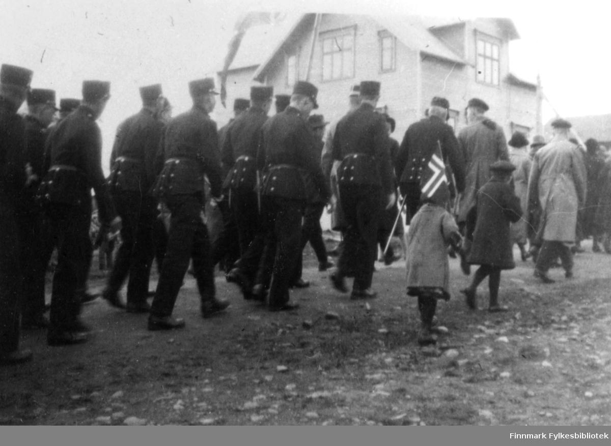 Underoffiserskolen m/ kaptein Løken, fanejunker Ernst Lebesby. Og realskolens adj. Klaus Moland til høyre.