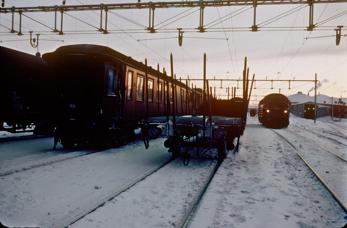 Fra Storlien stasjon en iskald vinterdag. Konduktørvognen i NSB sitt godstog til Trondheim til venstre. Dieselelekrisk lokomotiv Di 3 630 har blitt snudd på den innebygde svingskiven.