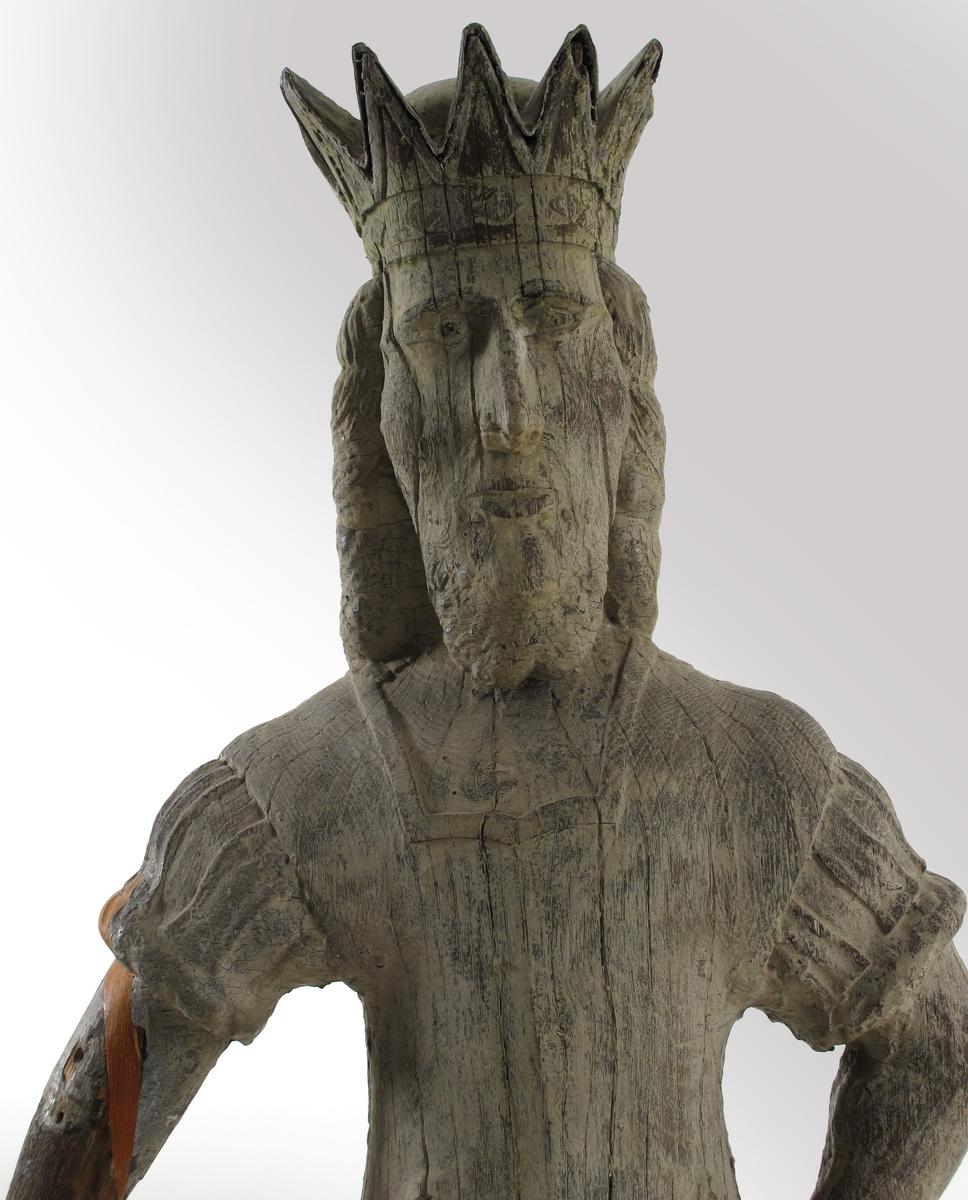 Stående mann med våpenkjole og krone på hodet,