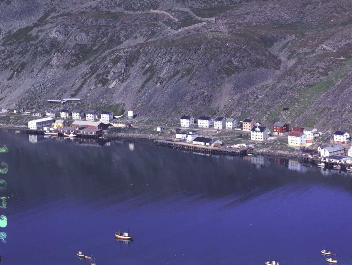 Flyfoto fra Kjøllefjord. Negativ nr. 122725.