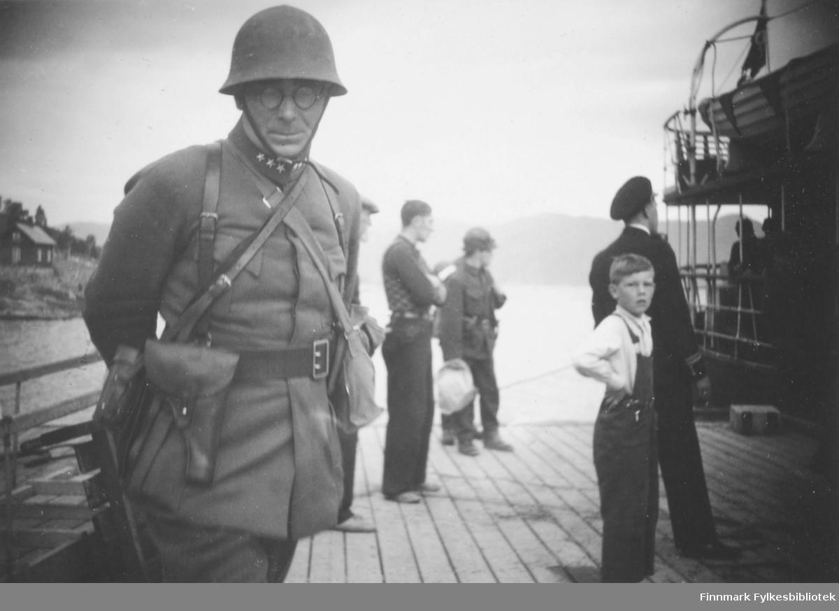 Kaptein Kvile på kaia, antakelig i Bossekop. Et større fartøy ligger til kai