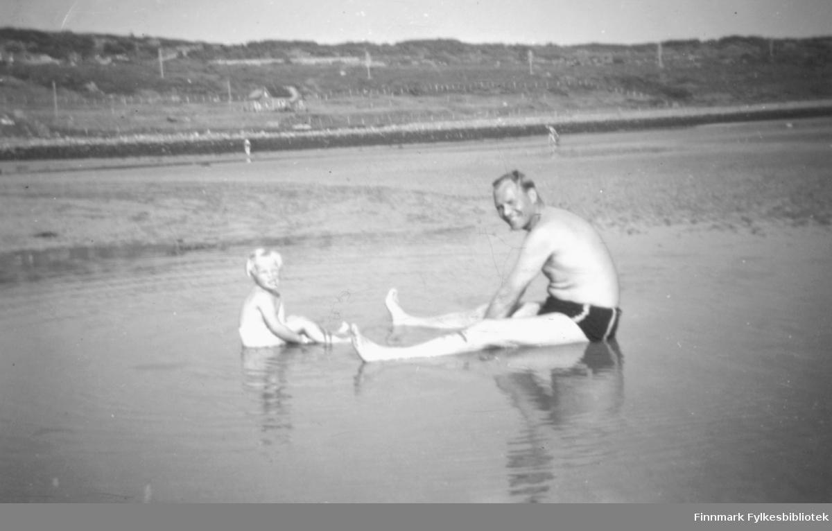 Idyll fra badestranden i Andersby. Her sitter Sverre Pedersen med sin datter Sigrun. Foto: Per Bjørgan.