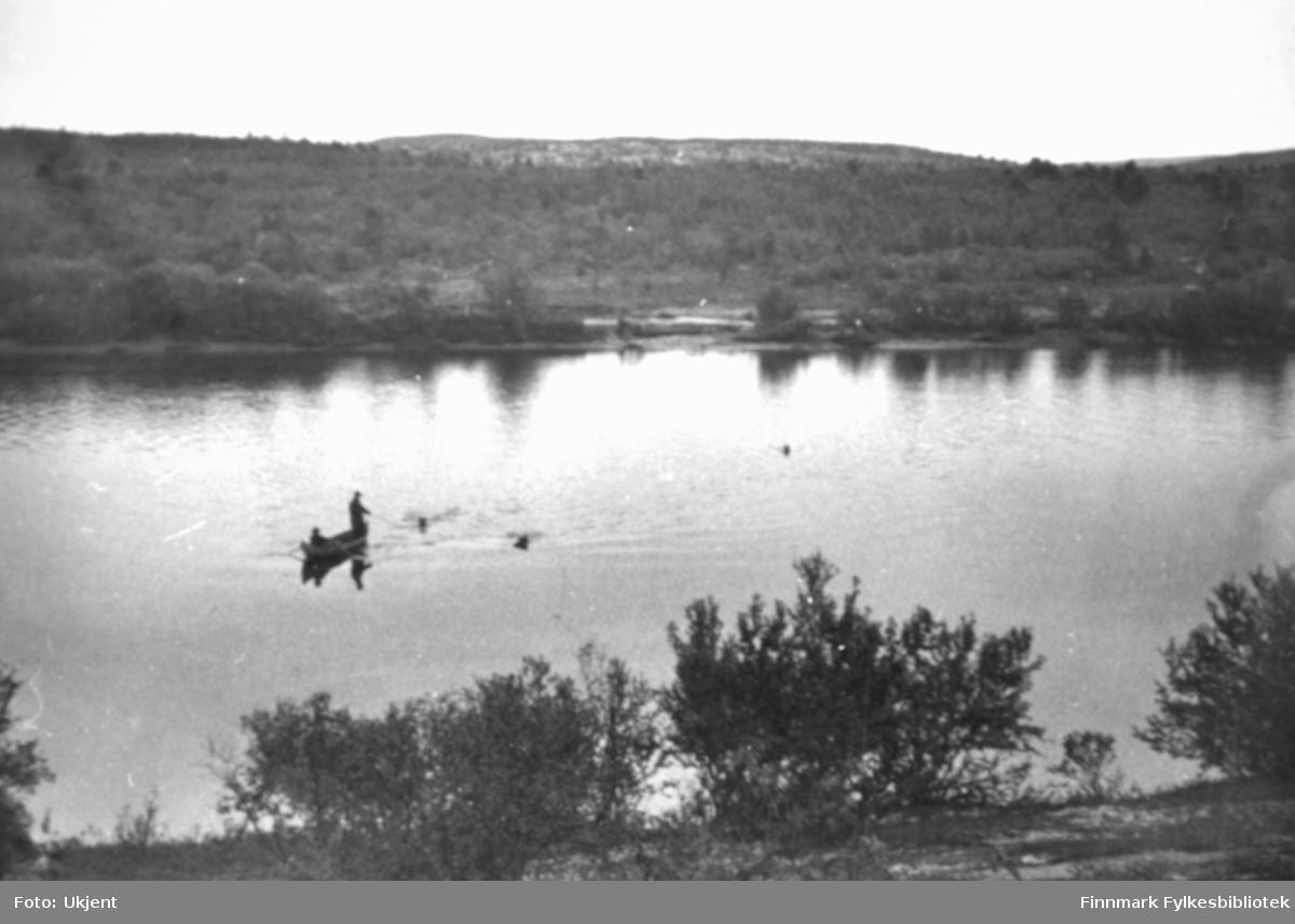Fiske fra elvebåt i Pasvikelva. På baksiden av bildet er det for skrevet 'Grensefoss, Pasvik, 10.08.1939'.