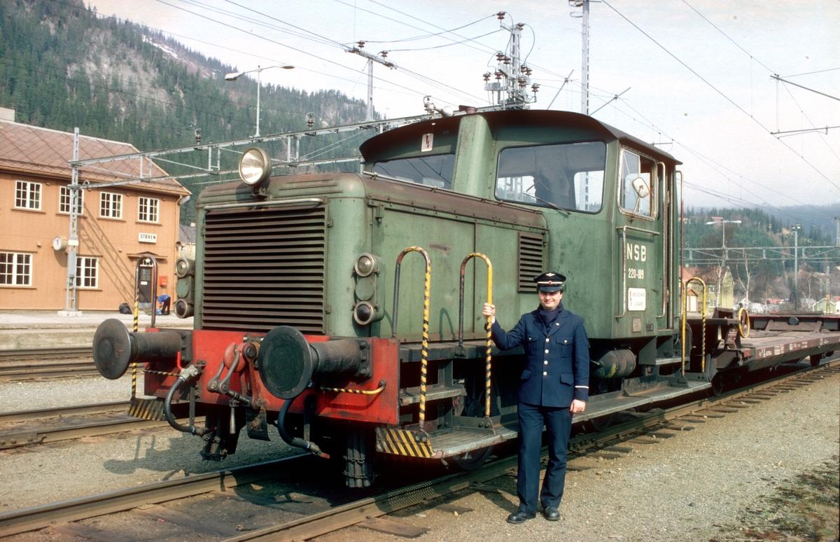 """Skinnetraktor type Skd 220c 189, bygget av Levahn, på Støren stasjon med fører. Type 220 kunne kjøres av lokomotivførerassistenter og i noen tilfeller av utvendig stasjonsbetjening i henhold til """"Traktoravtalen"""" mellom NSB og Norsk Lokomotivmannsforbund."""