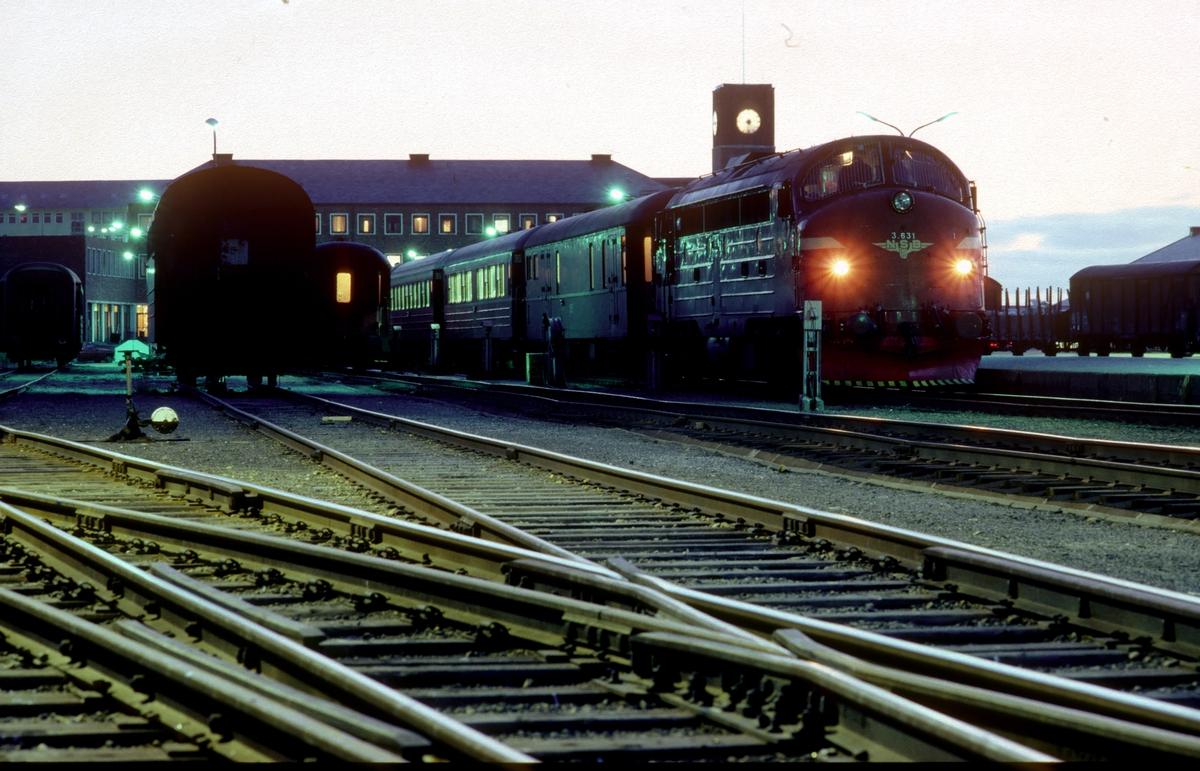 Natthurtigtog 456 til Trondheim står klar til avgang i Bodø med NSB dieselelektrisk lokomotiv Di 3 631.