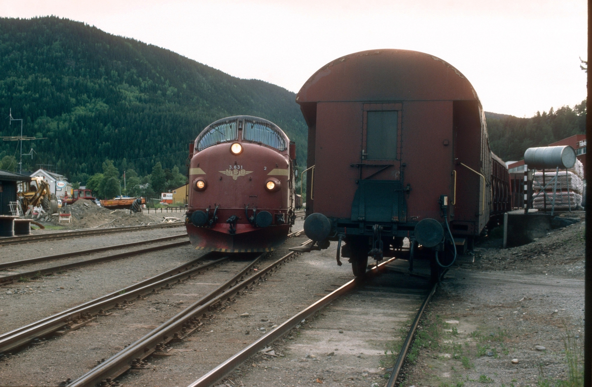 Fagernes stasjon: Lokomotivet fra persontog 283 (Oslo - Fagernes) skifter over til vognene som skal gå i godstog 5182 til Eina. Det var ett dieselelektrisk lokomotiv stasjonert på Eina, og dette gikk opp med godstog til Fagernes om morgenen, to runder med persontog, og så godstog tilbake om kvelden/natten.