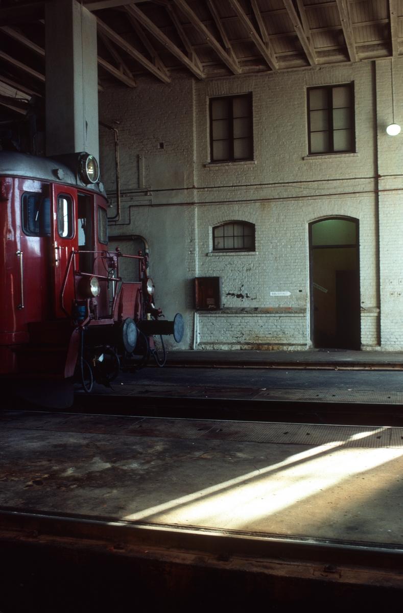 NSB, Lodalen, Gamlestallen. Front på styrevogn type BFS 68A. Inngang til lokstallformann.