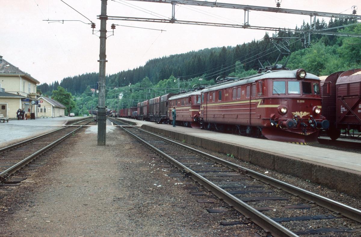 NSB godstog 5173 (Roa - Eina) med to lokomotiver type El 11 på Roa stasjon. El 11 2091 er ekstra forspannlokomotiv.
