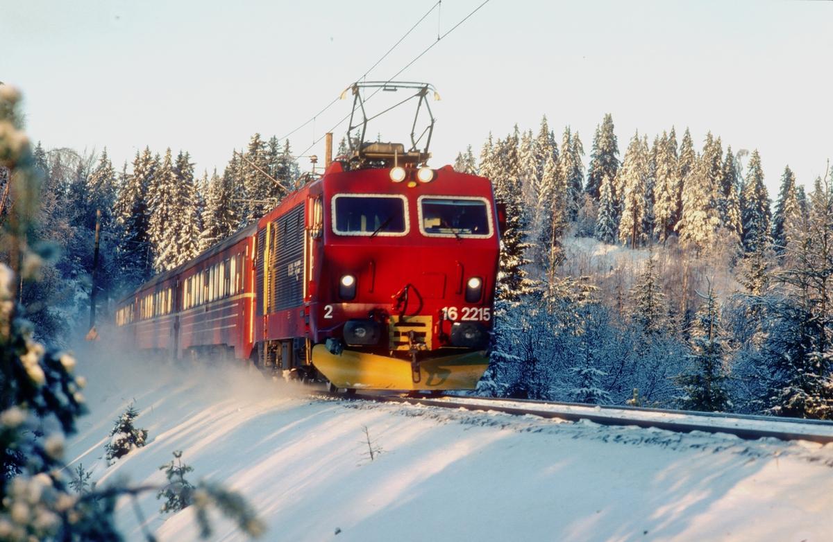 NSB ekspresstog 62 Bergen - Oslo S ved Snippen med El 16 2215 og vogner type 5.