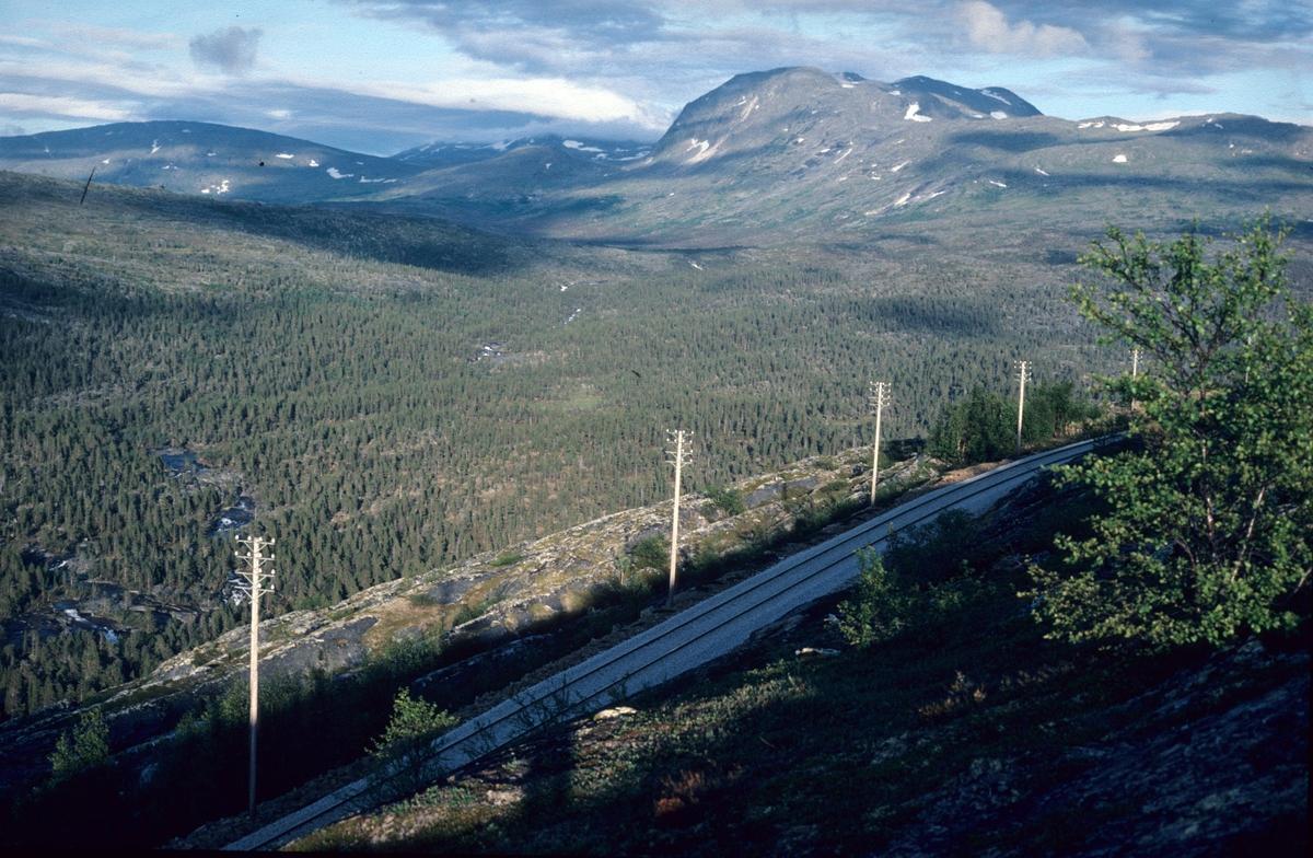 Nordlandsbanen ved Lønsdal. Junkerdalen i bakgrunnen.