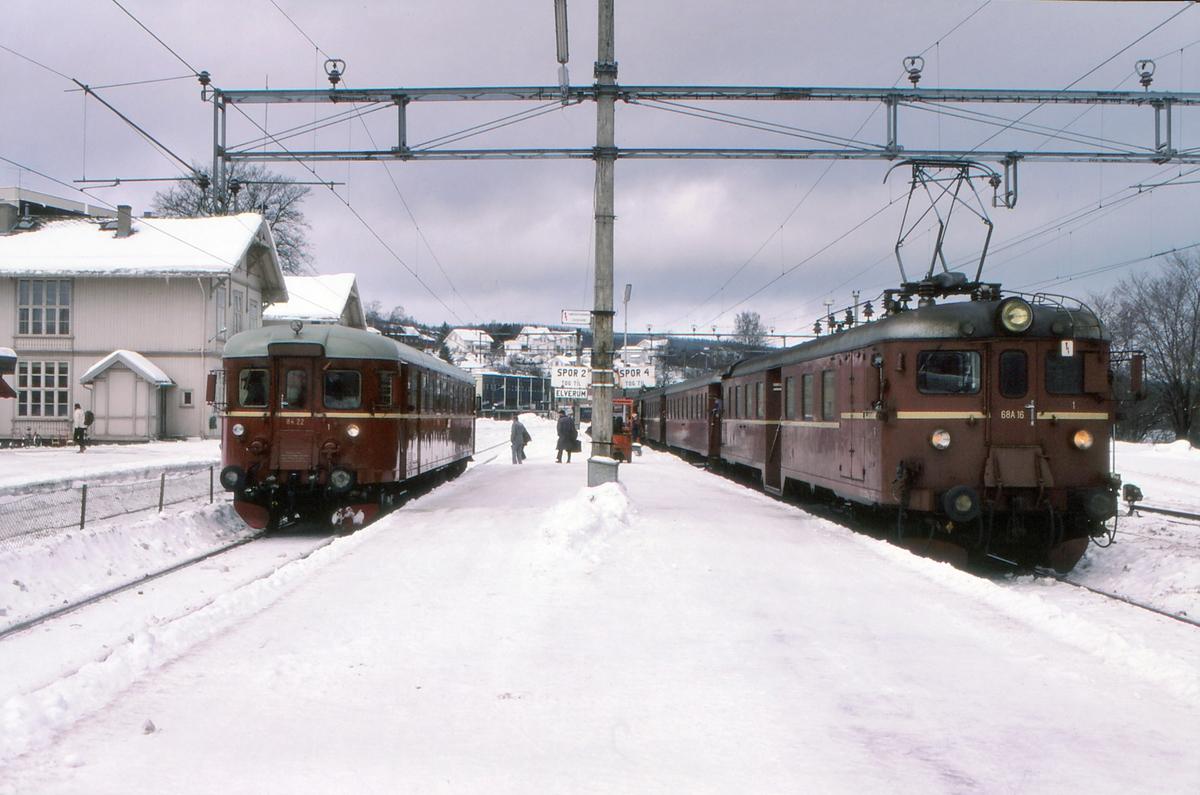 Persontog på Kongsvinger stasjon. Til venstre tog til Hamar over Elverum og til høyre persontog fra Oslo S.