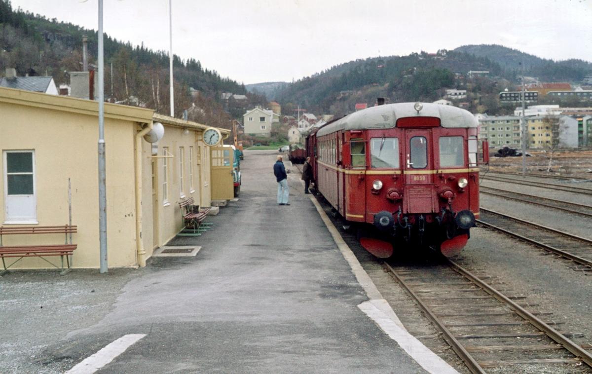 Namsos stasjon med tog fra Grong. Motorvogn BM 86 59.