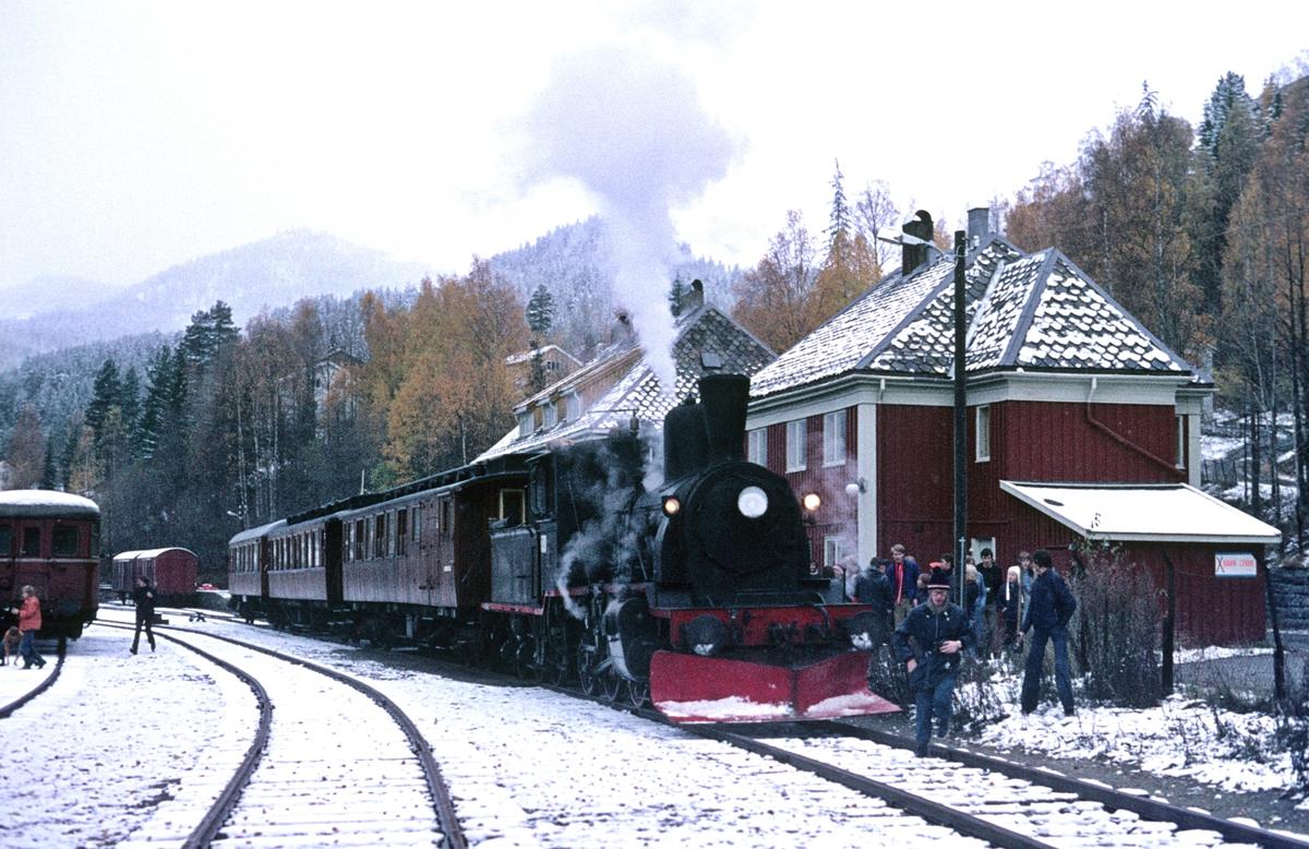 Veterantog fra Drammen har ankommet Rødberg stasjon. Damplok 21b 252. Turen ble arrangert av A/L Urskog-Hølandsbanen.